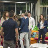 Carlos saludando a sus compañeros en su entrada a la casa