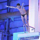 Álvaro Muñoz Escassi saltando desde el trampolín de '¡Mira quién salta!'