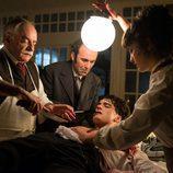 Ayala y Maite curando las heridas de Julio en el nuevo episodio de 'Gran Hotel'