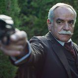 El detective Ayala apuntando a su objetivo en el nuevo capítulo de 'Gran Hotel'