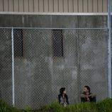 Lori y Rick Grimes, en la prisión en la tercera temporada de 'The Walking Dead'