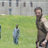 Rick rodeado de zombies en la prisión, en la tercera temporada de 'The Walking Dead'