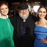 Rose Leslie y Emilia Clarke con George RR Martin en la premiere de la tercera temporada de 'Juego de tronos'