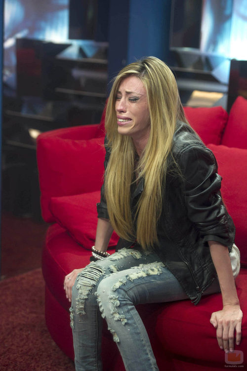Miriam llorando mientras habla con su madre, Julia