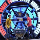 Los concursantes introducen dinero en la clepsidra