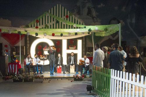 Los concursantes de 'Gran Hermano catorce' disfrutando de la actuación de Pepe Flores