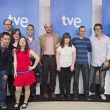 Los seis participantes de 'Con una sonrisa' junto con los responsables del programa y de La 2
