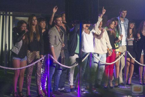 Los concursantes de 'Gran Hermano catorce' disfrutando de la actuación de Paula Rojo
