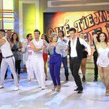 María Teresa Campos bailando junto a los bailarines