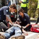 Pablo y Nuria socorren a un herido