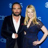 Johnny Galecki y Melissa Rauch, de 'The Big Bang Theory', en los Upfronts 2013 de CBS