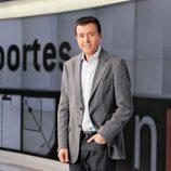Manu Sánchez, presentador de 'Deportes 2', posa en el plató de 'Antena 3 noticias'