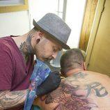 Javi Galien tatuando en 'Madrid Ink'