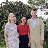 Adriana Ugarte, Hannah New y Peter Vives, protagonistas de 'El tiempo entre costuras'