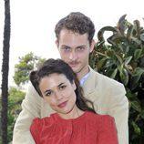 Adriana Ugarte y Peter Vives son Sira Quiroga y Marcus Logan en 'El tiempo entre costuras'