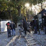 El equipo de producción de 'El tiempo entre costuras' durante la grabación de la serie