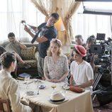 Adriana Ugarte, Hannah New y Peter Vives en la grabación de una escena de 'El tiempo entre costuras'