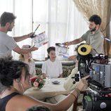 Adriana Ugarte, Hannah New y Peter Vives en un set de rodaje de 'El tiempo entre costuras'
