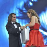 Pepe Flores entrega el maletín de ganador de 'Gran Hermano' a Susana