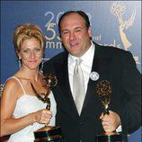 Edie Falco y James Gandolfini en los Emmy 2003