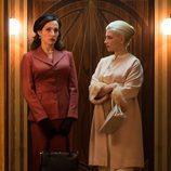 Doña Gloria y Patricia en el ascensor de 'Galerías Velvet'