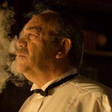 Don Rafael fuma en su despacho en 'Galerías Velvet'