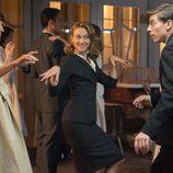 Ana, Clara y Pedro bailan en 'Galerías Velvet'