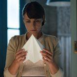 Ana lee una nota en un avión de papel en 'Galerías Velvet'