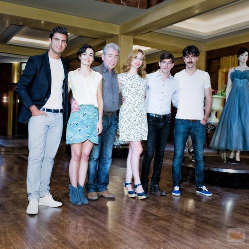 Parte del reparto de 'Galerías Velvet' (Antena 3)