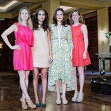Las costureras de 'Galerías Velvet' posan para los medios.