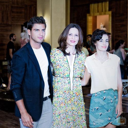 Maxi Iglesias, Aitana Sánchez-Gijón y Sara Rivero en la presentación de 'Galerías Velvet'