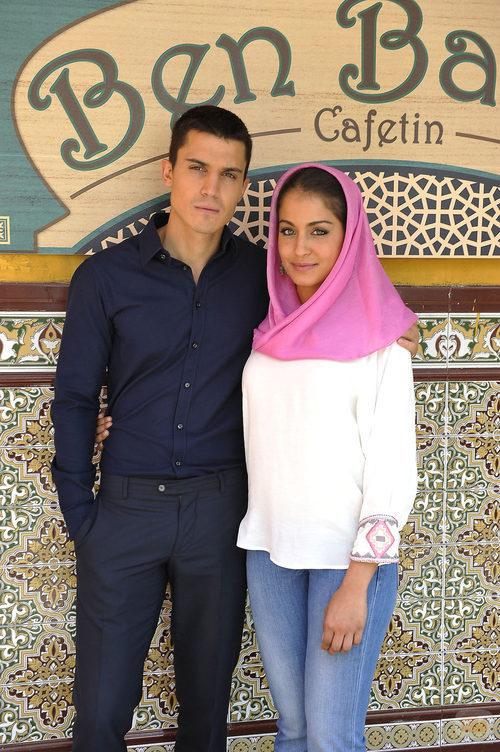 Álex González y Hiba Abouk en la presentación de 'El príncipe'