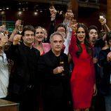 El equipo de MasterChef, junto a Ferran Adrià, brinda en la final del programa