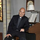 Antonio Resines como el padre Ángel