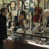 Martin Bohm visitando una tienda en el segundo capítulo de 'Touch'