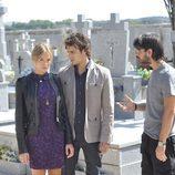 Alba, Pablo y Gabriel en un cementerio en el penúltimo capítulo de 'El don de Alba'