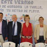 """Los protagonistas de la campaña """"Antes de guardar la toalla, limpia tu metro de playa"""", fotografiados en Menorca"""