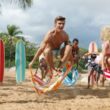 Los protagonistas de 'Teen Beach Movie' saltan sus toallas