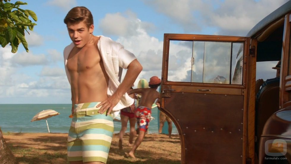 Garrett Clayton con el torso desnudo en 'Teen Beach Movie'