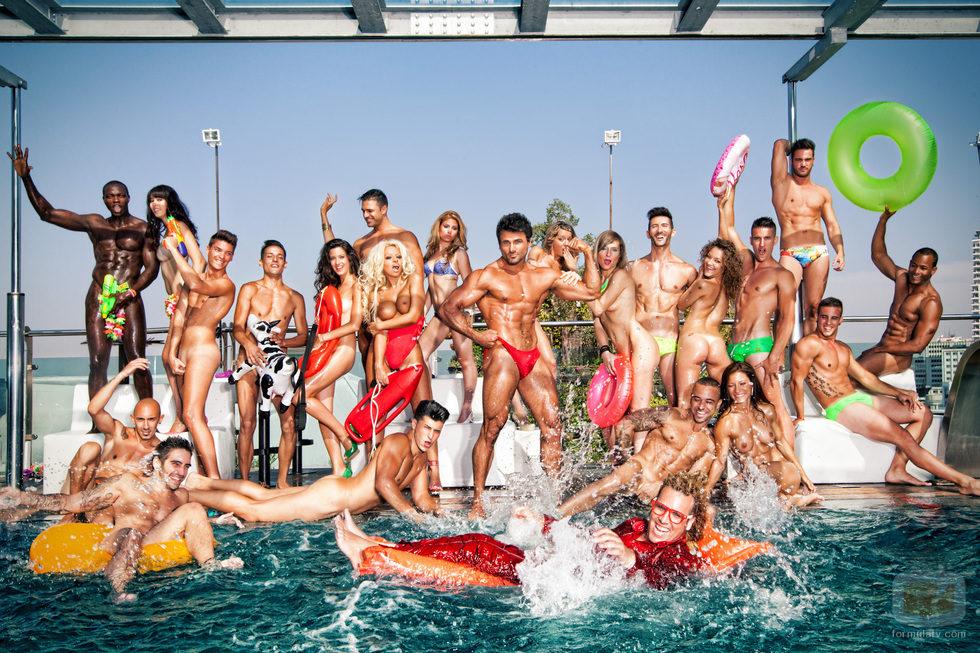 Jeremy Jackson con Torito y rodeado de chicos y chicas desnudas