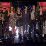 La presentadora Jacqueline Bracamontes con el equipo de 'La Voz... México 3'