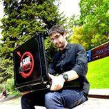 Juanra Bonet con el maletín de 'Lo sabe, no lo sabe'