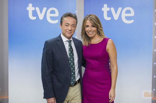Sergio Sauca y Pilar García Muñiz, presentadores del 'Telediario 1'