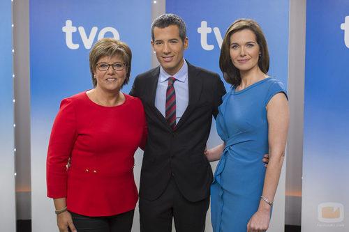 Maria Escario, Oriol Nolis y Raquel Martínez, presentadores del 'Telediario fin de semana'