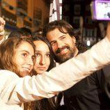 Rodolfo Sancho se hace fotos con sus fans en la alfombra naranja del FesTVal de Vitoria