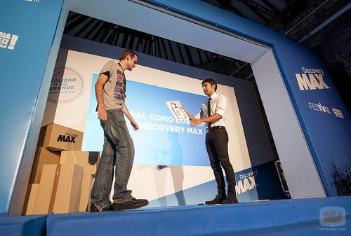 'El mago Pop' realizando un truco de magia en la presentación del FesTVal