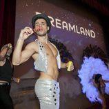 Bailarín sin camiseta en el escenario del FesTVal de Vitoria antes del estreno de 'Dreamland'