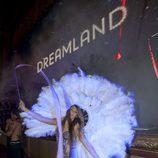 Mujer emplumada en el espectáculo de 'Dreamland' en el FesTVal de Vitoria