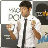 Antonio Díaz, 'El mago Pop', juega con una baraja de cartas