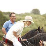 La actriz Ana Duato sobre un caballo en 'Un país para comérselo'